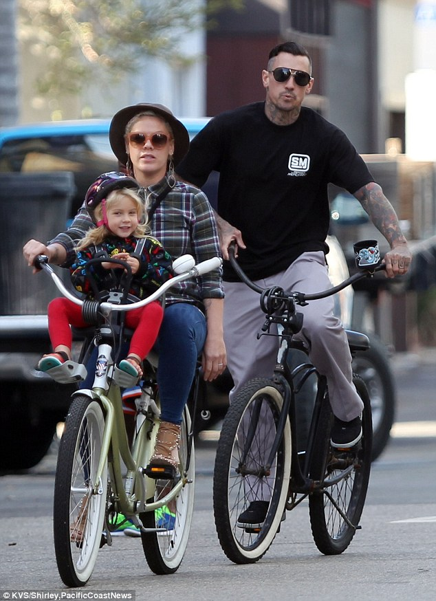 23D3375400000578-2864003-Taking_it_easy_Pink_and_husband_Carey_Hart_took_to_beach_cruiser-a-19_1417925946667